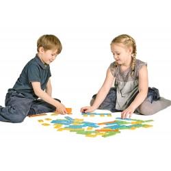 enfants qui manipulent les briques newméro
